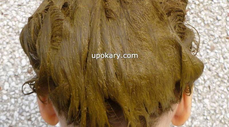 applying henna hair